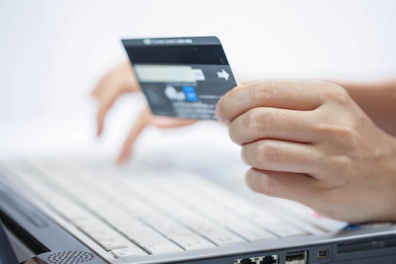 pagando una compra a través de Internet con una tarjeta de crédito. Comercio electrónico. E-commerce.