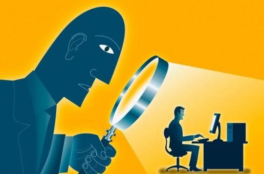 Viñeta: gigante con gran lupa espiando por la espalda de alguien sentado al teclado de un ordenador